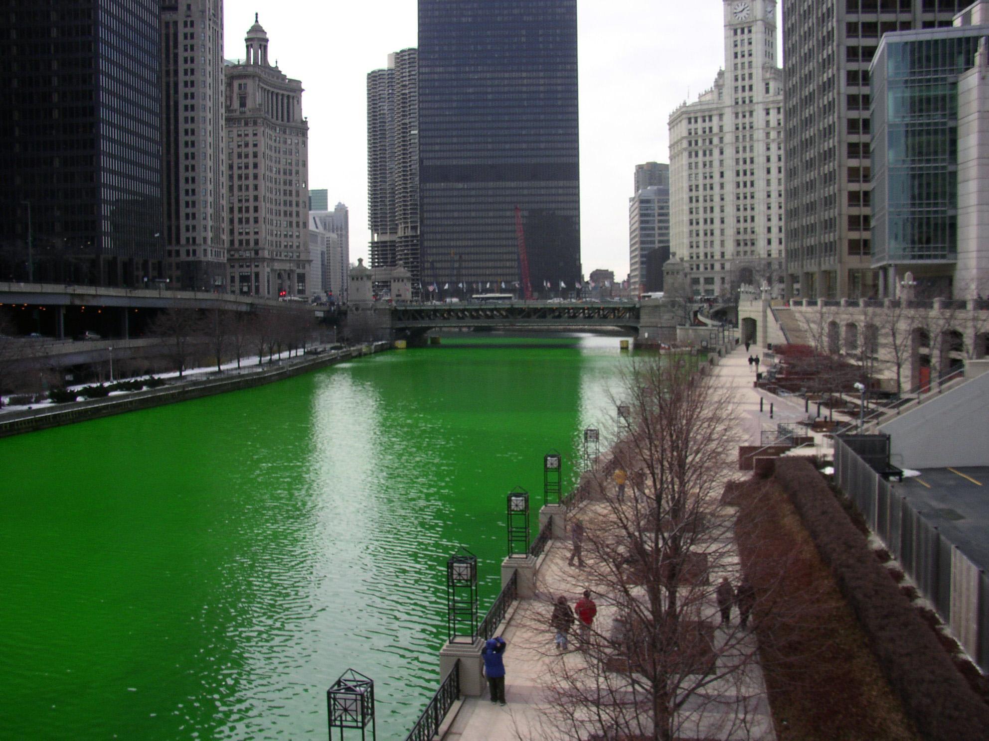 Chicago River en vert pour la Saint Patrick
